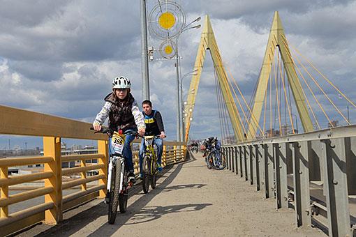 """""""Cyklista v Kazani dnes cestuje od 4 do 7 km denně, z Azina do centra - 7 km ..."""""""