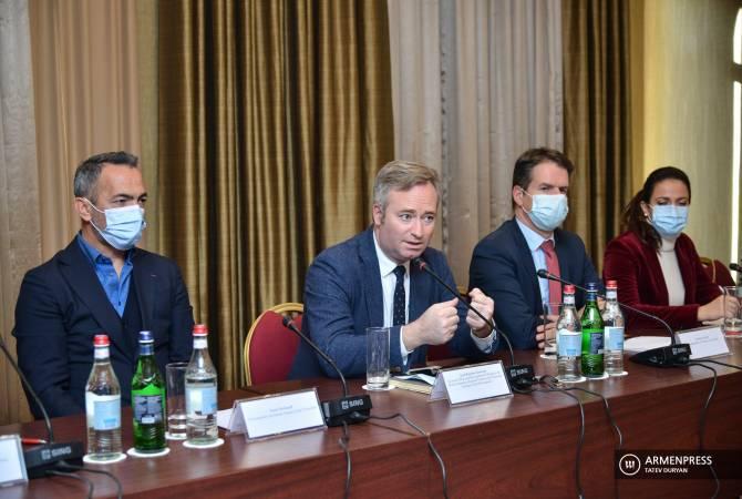 Francouzská vládní struktura, nevládní organizace a sdružení se mobilizovaly, aby pomohly Arménii, říká junior FM