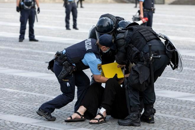 Policie Lublani zaútočila v pátek na shromáždění a stovky demonstrantů odvezla v kamionu