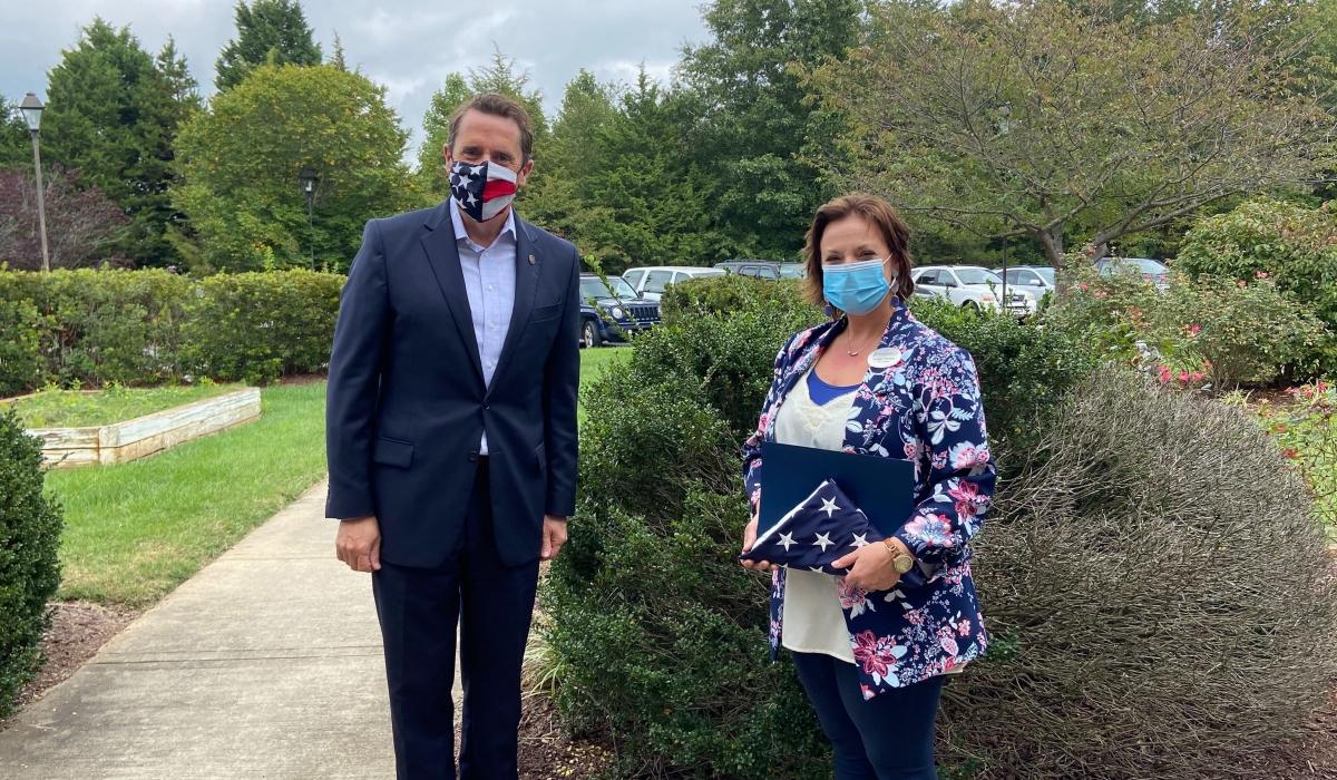 kongresman Mark Walker ocenil Brittany Giordano komunitního hrdinkou měsíce