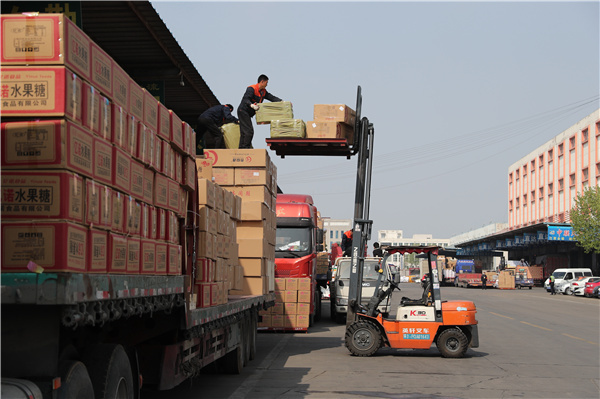 Zboží je nakládáno v logistickém centru Jinlan (Ťin-lan) v Linyi (Lin-i) v provincii Shandong (Šan-tung) na severu Číny. [Fotografie: Wang Jing (Wang Ťing) / deník China Daily]