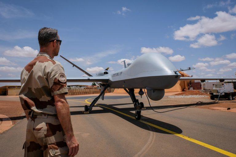 Francouzský voják na letecké základně Niamey v Nigeru. Od roku 2014 francouzská armáda používá drony založené na Niamey k provádění zpravodajských a dozorčích protiteroristických misí.