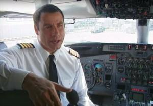 John Travolta jako pilot v kokpitu